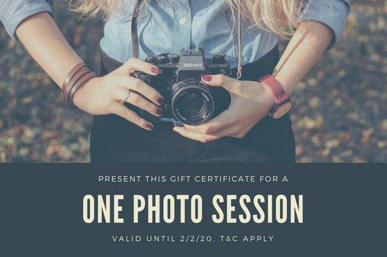 Дизайн подарочного сертификата с фотографией девушки с камерой в руках