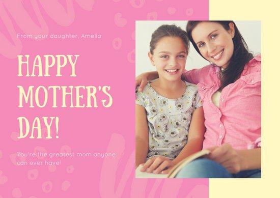 Открытка ко дню матери с фотографией матери и дочери и розовым фоном