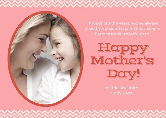 Шаблон открытки для мамы на розовом фоне с фотографией матери и дочери