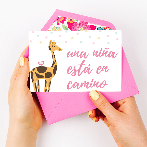 9429caea19e95 Tarjeta para baby shower con jirafa ilustrada y puntos coloridos