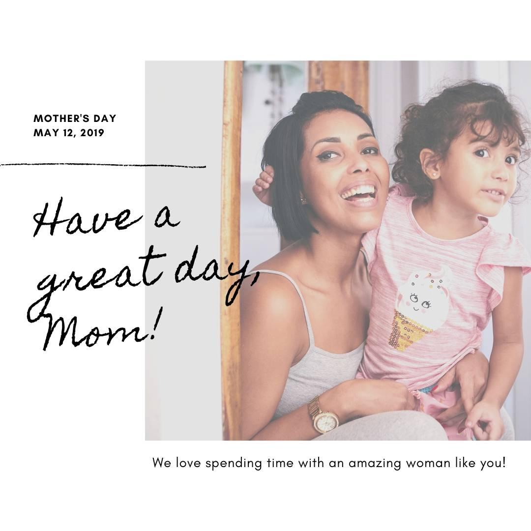 Пост с фотографией матери с ребенком на белом фоне