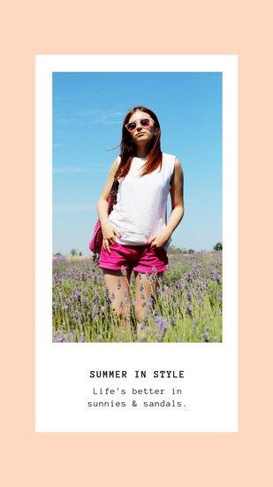 Дизайн сторис Инстаграм с летней фотографией девушки в белой рамке на персиковом фоне